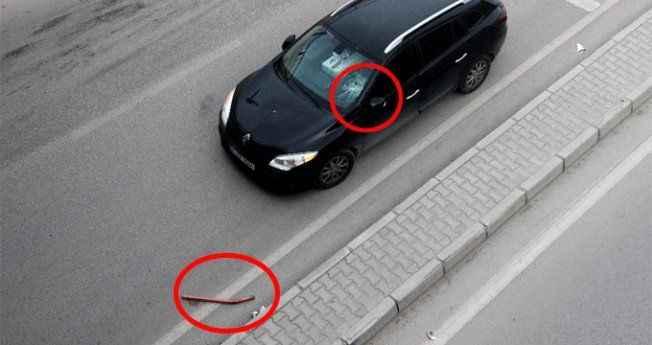 Otomobilinin ön camına havadan korkuluk demiri düştü, ölümden döndü