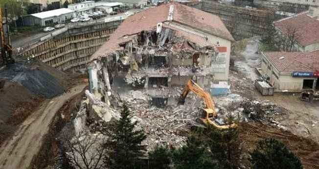 Uçurumun kenarındaki okul binasında yıkım çalışmaları başladı