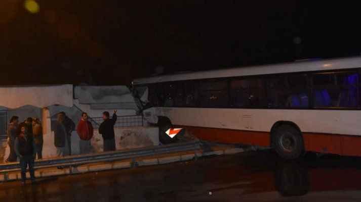Kontrolden çıkan otobüs eve girdi