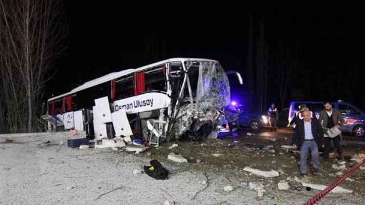 Yolcu otobüsü önce ağaçlara sonra istinat duvarına çarptı: Ölü ve yaralılar var
