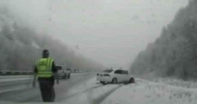Kazaya yardıma giden polise araba çarptı!