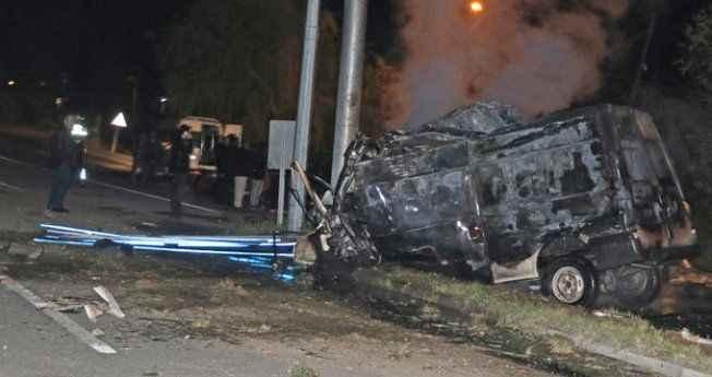 Alev aldı, yola fırlayan yaralılara minibüs çarptı: 17 ölü, 38 yaralı