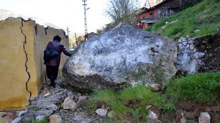 Dağdan kopan dev kayalar evlerin üzerine düştü