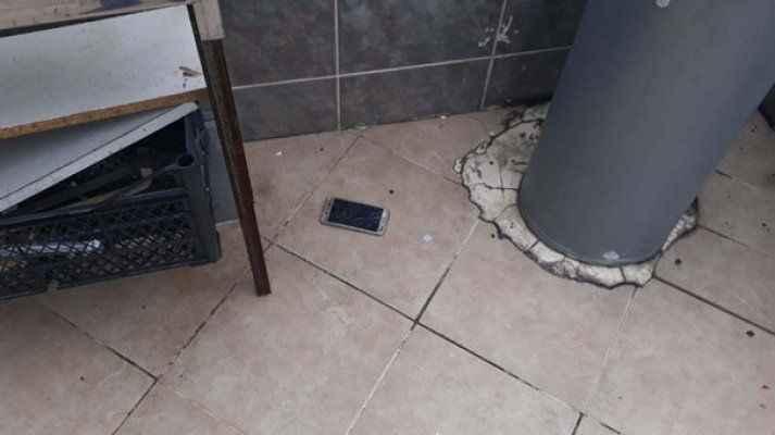 Polisi görünce telefonları camdan attılar