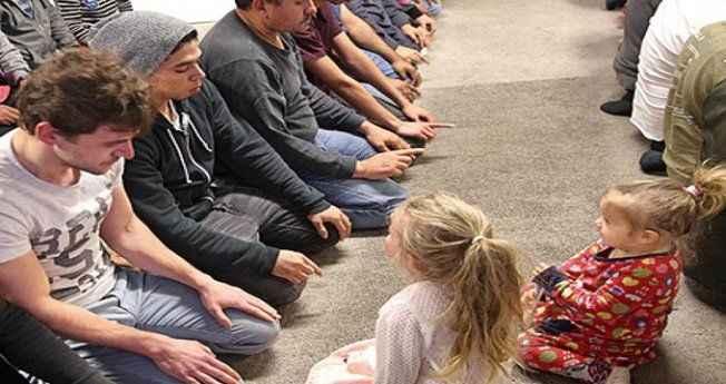 O ülkede bir grup müslüman 22 saatlik orucu kendi aralarında 18 saate indirdi