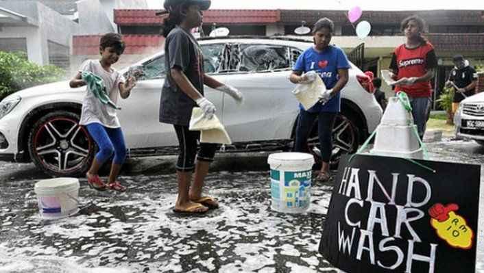 O ülkedeki gençler ülke borçlarını ödemek için araba yıkıyor