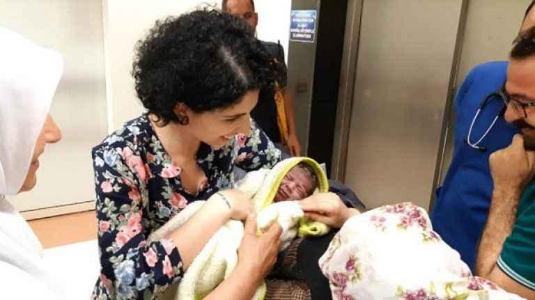 Hastaneye yetişemedi yolda doğum yaptı