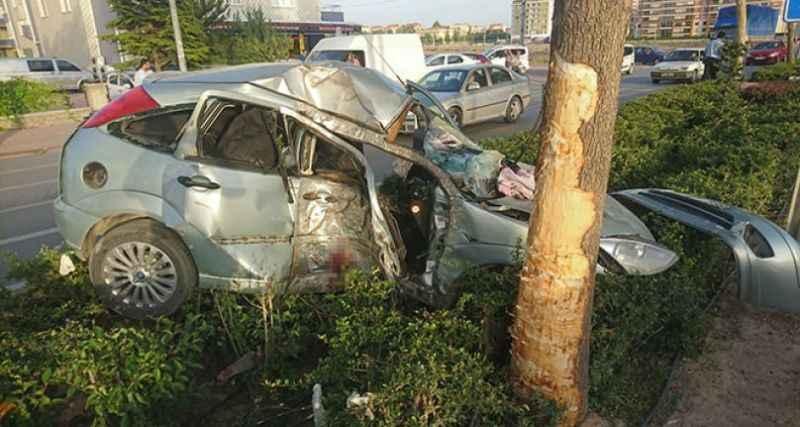 Kontrolden çıkan araç refüje çarptı: 1'i ağır 2 yaralı