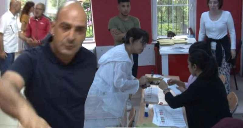 Ünlü sanatçı Sezen Aksu'nun oy kullandığı sandıkta gergin anlar