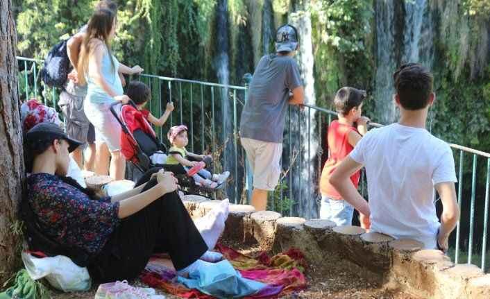 Antalya'da 40 dereceyi gören, Düden Şelalesi'ne koştu