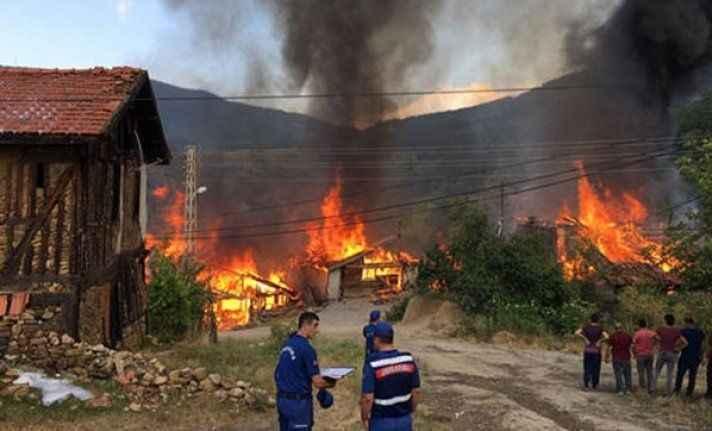 Eve düşen yıldırım bir köyü yok ediyordu!