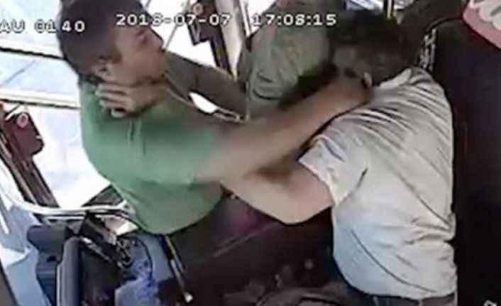 Seyir halindeki otobüste yolcu-şoför kavgası