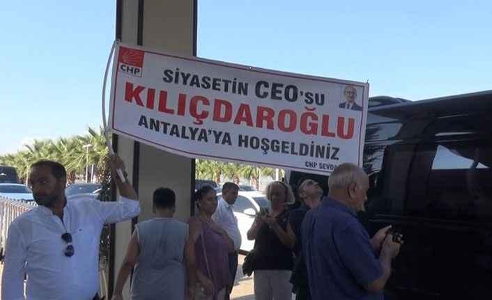 Kılıçdaroğlu'na 'Siyasetin Ceo'su Pankartıyla Karşılama