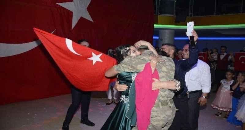 Askerden ablasına kına gecesi sürprizi