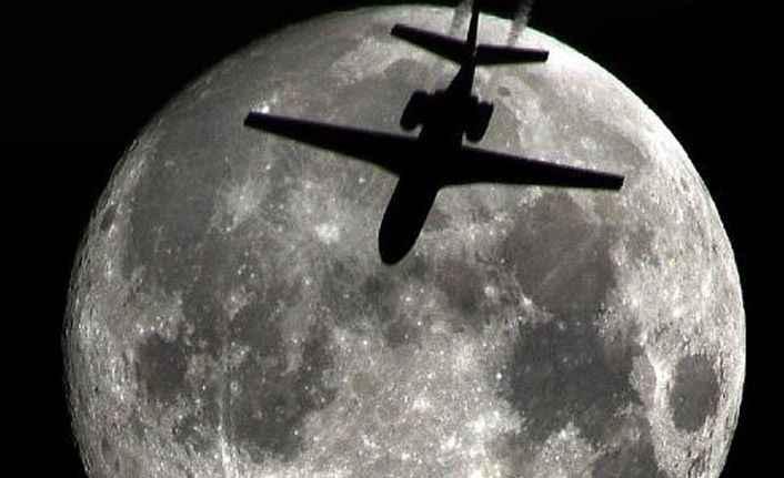 Yolcu uçağı ile dolunay aynı karede