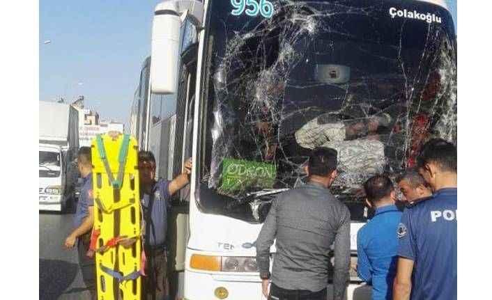 Tur otobüsü ile kamyon çarpıştı