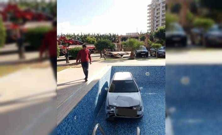 Mahmutlar'da ilginç kaza: Araç havuza uçtu