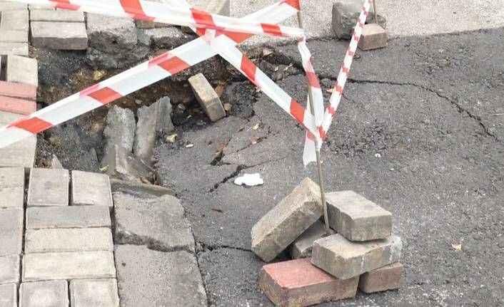Saray Mahallesi'nde yol çöktü