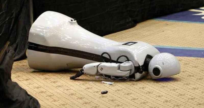 Sahneden düşüp parçalanan robotun kendine gelir gelmez sorduğu ilk soru