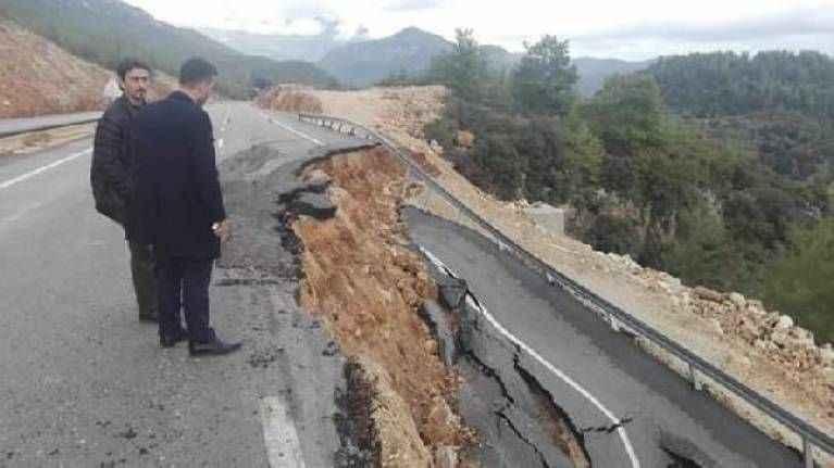 Antalya'da korkutan görüntü! Yağış sonrası yol çöktü