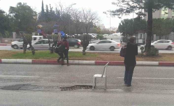 Şaka gibi! Yolda oluşan çukura sandalyeli önlem