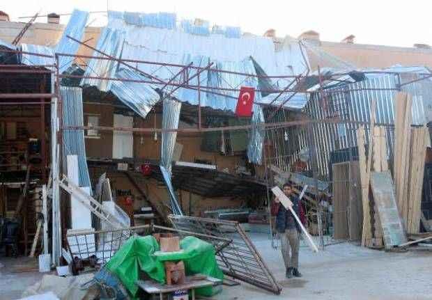 Fırtına Antalya'da hasara yol açtı