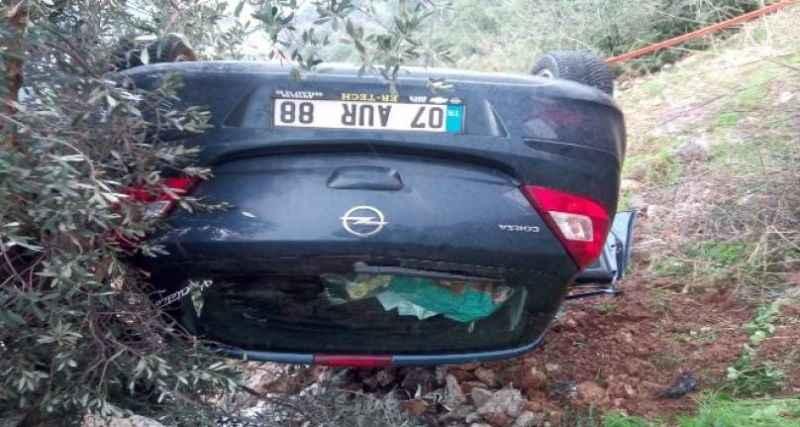 Yağmurlu yolda kayan araç şarampole yuvarlandı: 1 yaralı