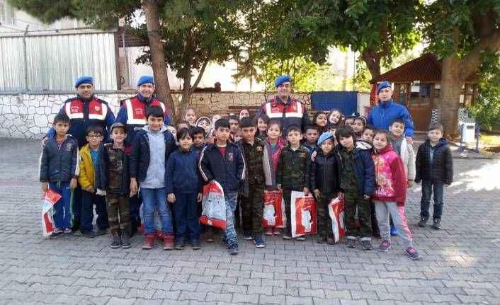 Miniklerden Mehmetçiğe atkı, bere ve mektuplu destek