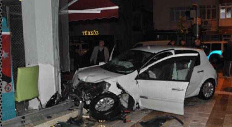 Manavgat'ta feci kaza! Otomobil eczaneye girdi