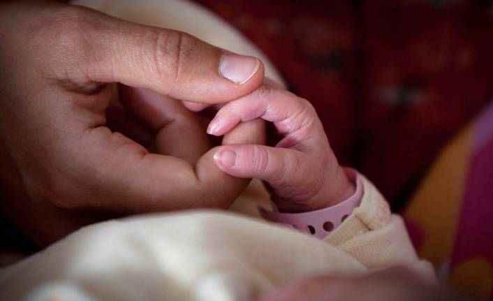 Hindistan'da 20 günlük bir kız bebek diri diri toprağa gömüldü