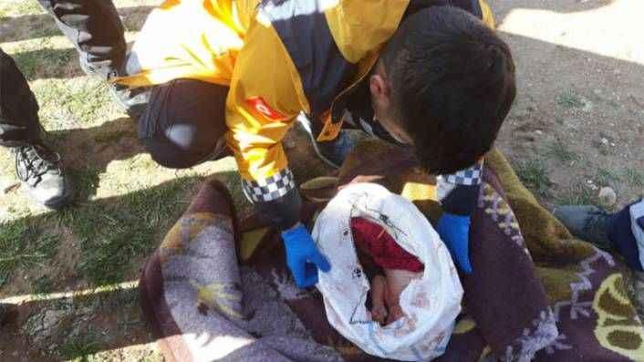 Yeni doğan bebeği çuvala koyup terkettiler