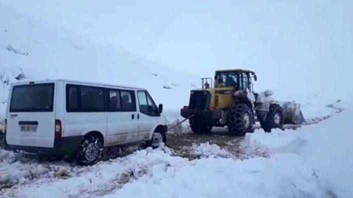 Oy torbaları ve seçim görevlilerini taşıyan minibüs karda mahsur kaldı