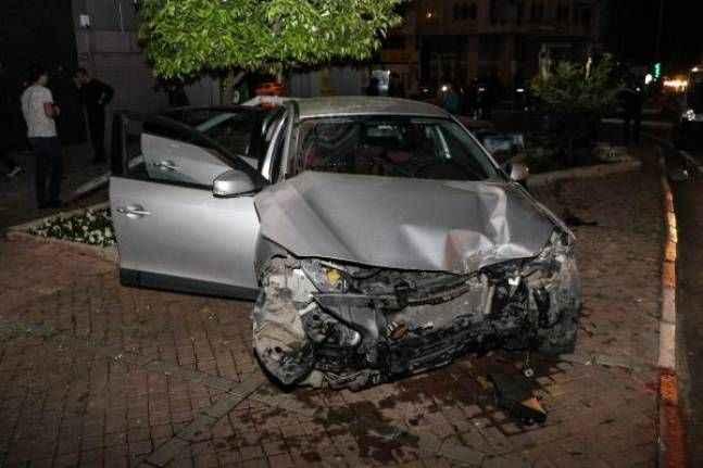 Antalya'da kaza yapan sürücü otomobili bırakıp kaçtı