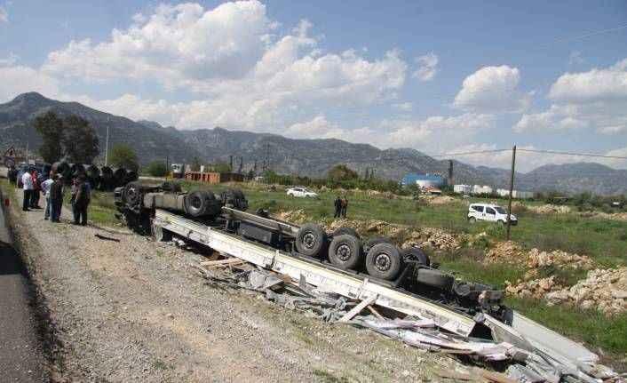 Antalya'da feci kaza! Parke yüklü tır devrildi, sürücü hayatını kaybetti