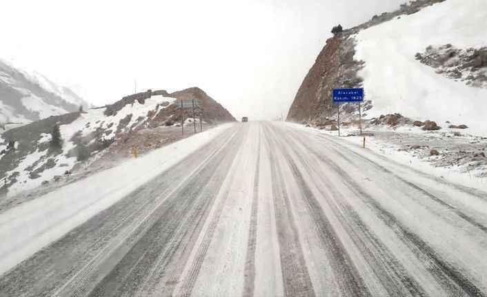 Alanya-Konya yolunda kar esareti