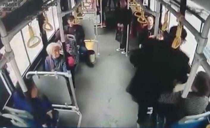 Yaşlı adam kendisine yer vermeyen kadının kucağına oturdu, sonra da tokatladı