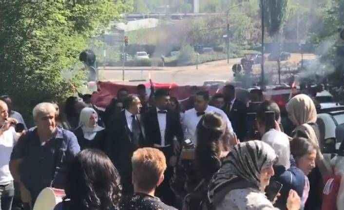 Almanya'daki Türk düğünü tepki çekti: 80 araçlık konvoy, dev Türk bayrağı ve meşaleler trafiği kilitledi