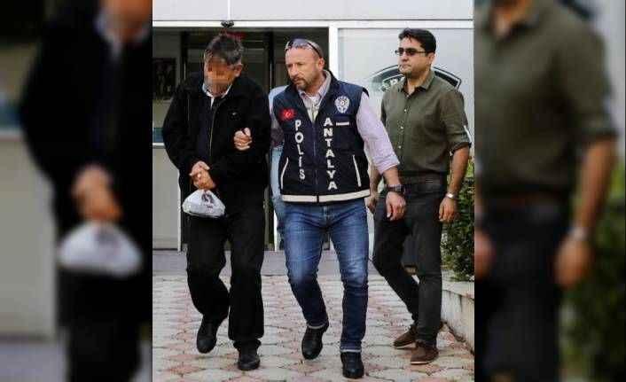 Antalya'da MİT görevlisi olarak tanıtıp, dolandırdılar