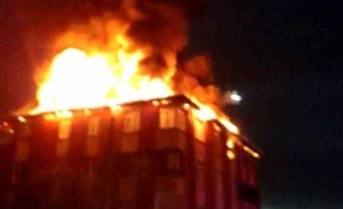 Sultanbeyli'de bina alev alev yandı