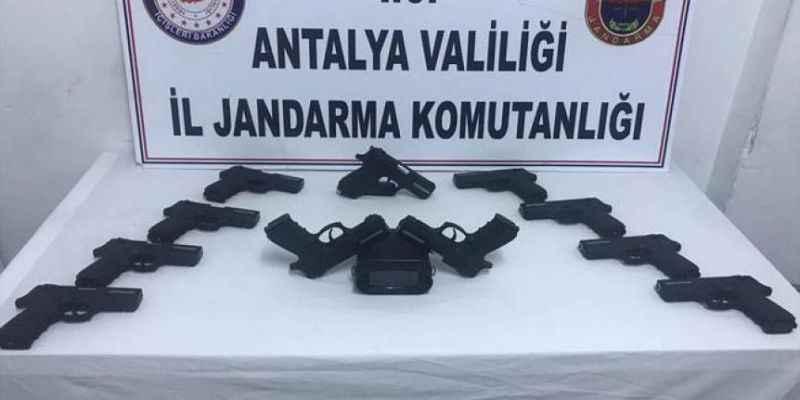 Antalya'da 11 ruhsatsız tabanca ele geçirildi