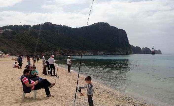 Alanya'da gülümseten etkinlik: Babalar çocuklarıyla balık tuttu