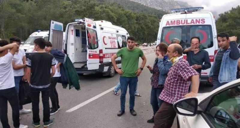 Personel servisi ile tüp yüklü minibüs çarpıştı: 1 ölü, 15 yaralı