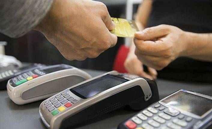Yakıt alan müşterilerin kartlarını kopyaladı