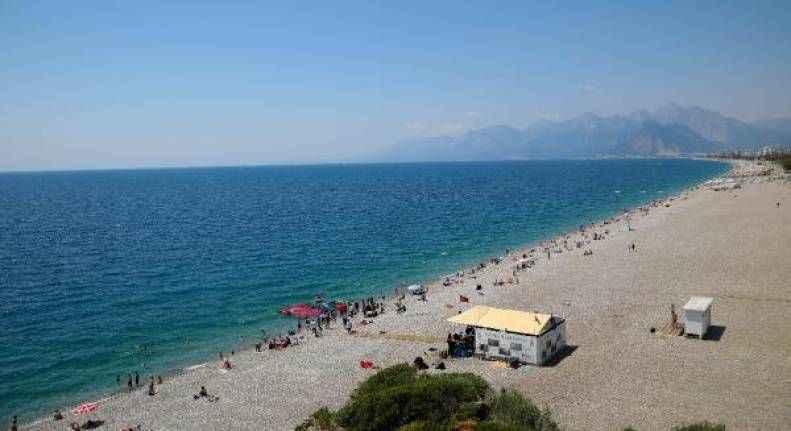 Antalya'da sıcaktan bunalan denize ve sulama kanalına koştu