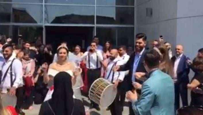 Mesut Özil, Amine Gülşe'yi davullu zurnalı evden aldı!