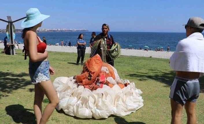 Paraşütün nemini alan gence, turistten zorda bırakan soru