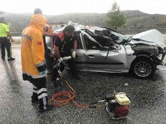 Antalya yolunda otomobille kamyonet çarpıştı: 6 yaralı