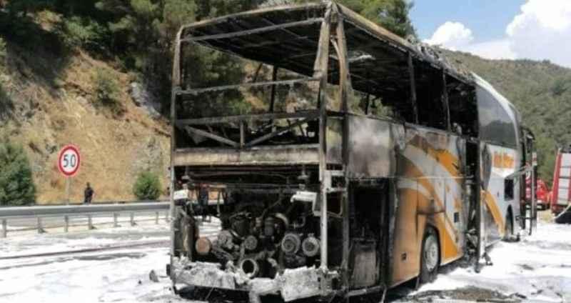 Ünlü tatil beldesinde 25 kişiyi taşıyan yolcu otobüsü cayır cayır yandı