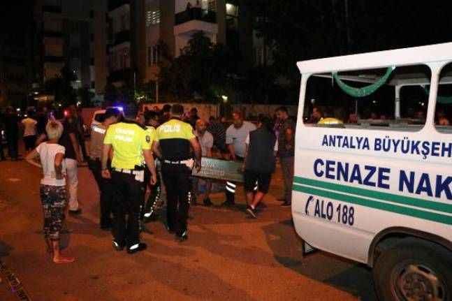 Antalya'da minibüs ile çarpışan ATV'nin sürücüsü öldü, eşi yaralandı