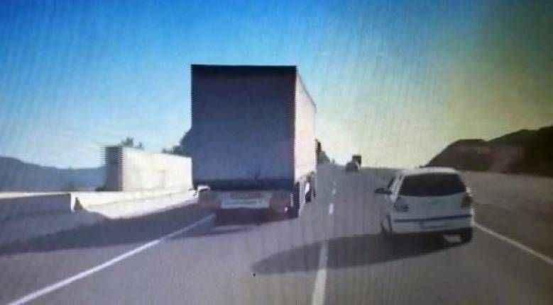 Antalya'da trafikte makas atan TIR'ın görüntüsü kamerada